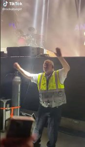 Read more about the article Security guard goes viral after stealing the show at Anne-Marie concert with his sassy dance moves